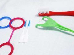 歯間用の歯ブラシとフロス